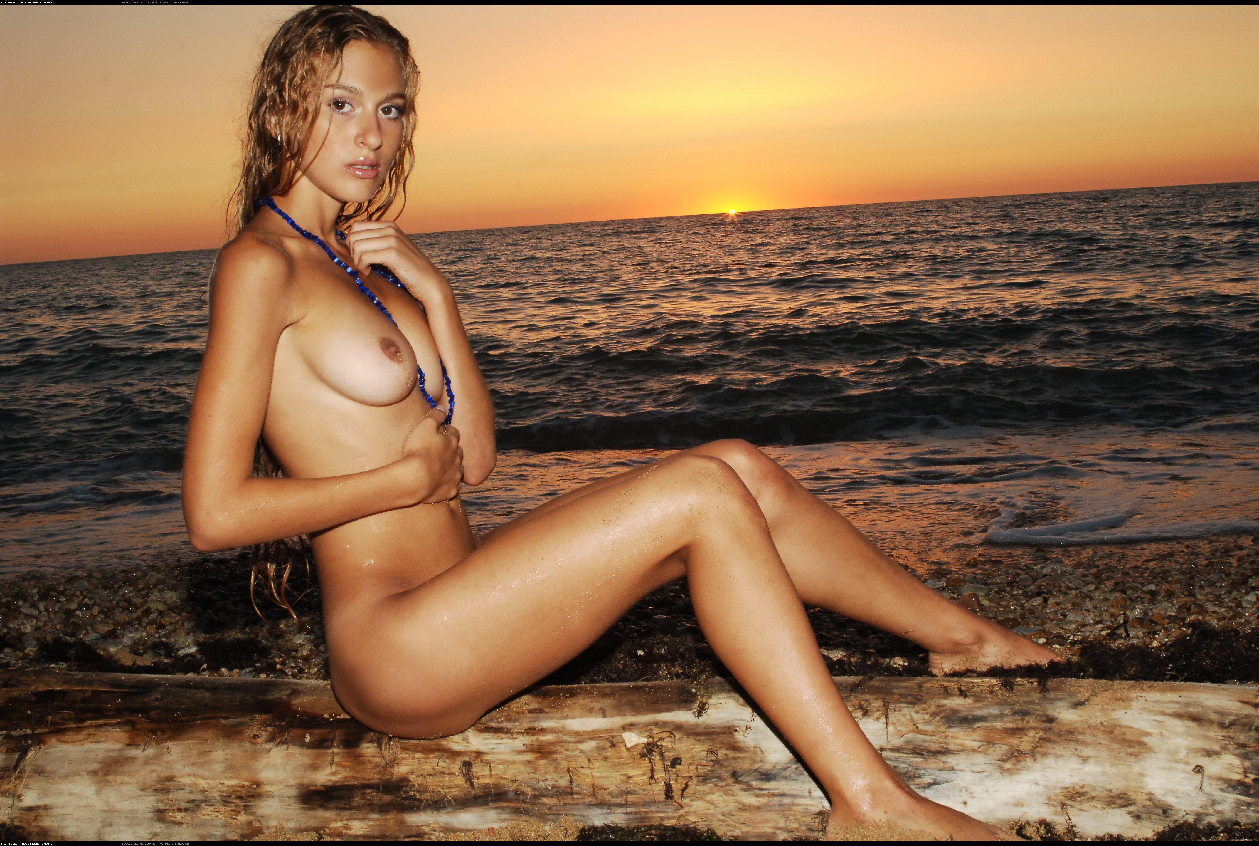 Фото девушки на море голо 17 фотография