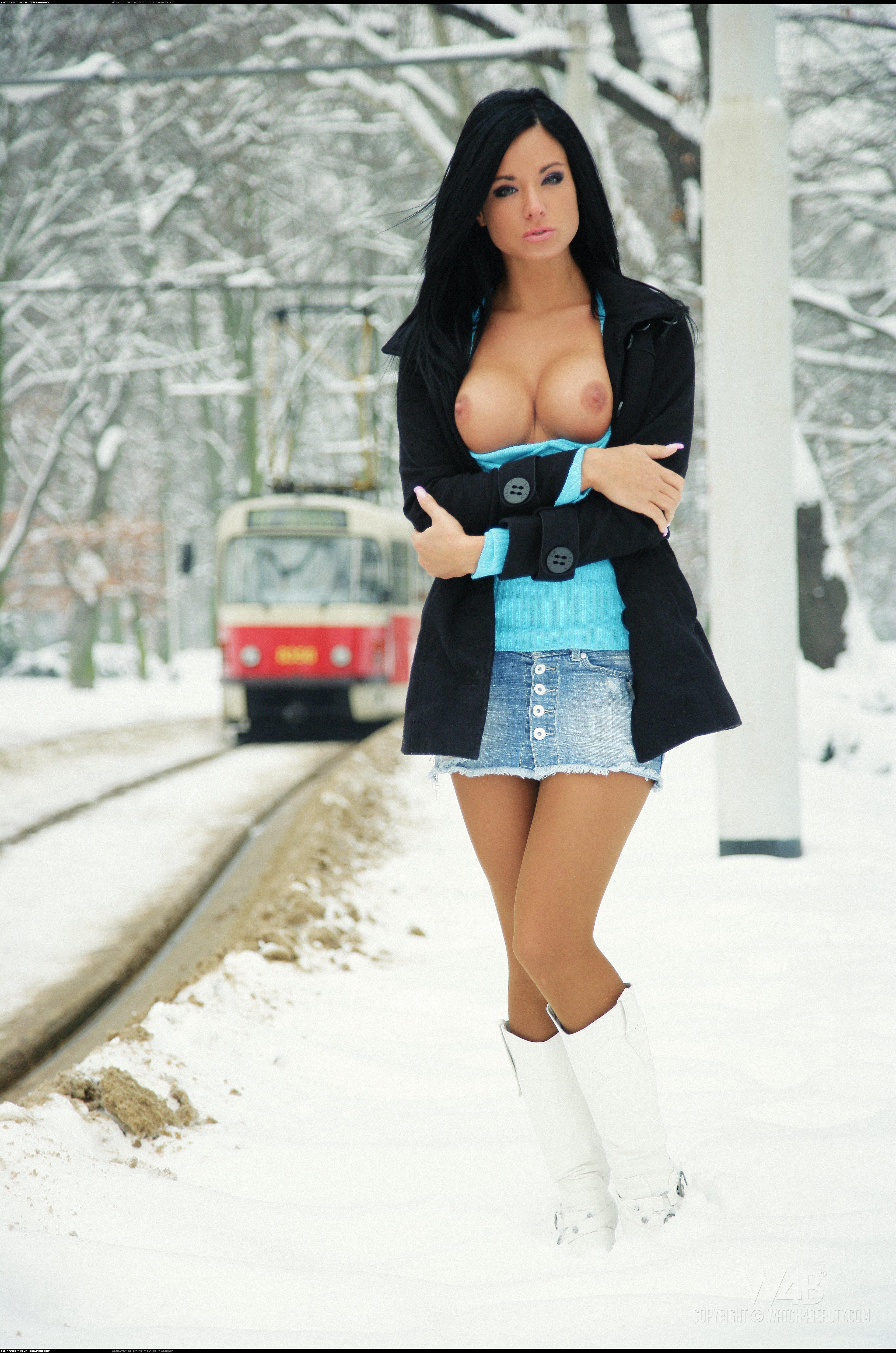 Фото голых девушек зимой брюнетки лучшее порно фото на ...