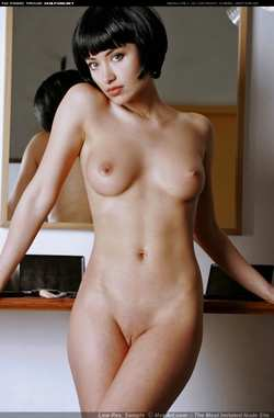 голая брюнетка фото
