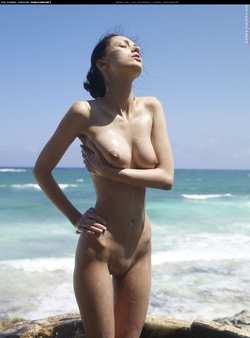 голые худинькие девушки на пляже фотки